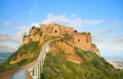 Señal de Civita di Bagnoregio, opinión del puente sobre puesta del sol. Italia Imagen de archivo libre de regalías