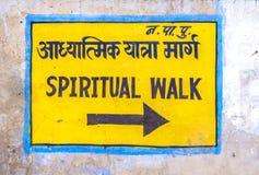 Señal de dirección al paseo espiritual en Pushkar Imágenes de archivo libres de regalías