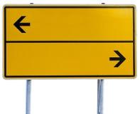 Señal de dirección amarilla (trayectoria de recortes incluida) Imagen de archivo libre de regalías