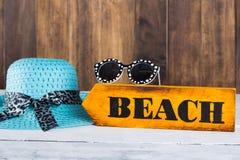 Señal de dirección con la playa Imagen de archivo libre de regalías