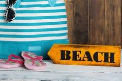Señal de dirección con la playa Fotografía de archivo