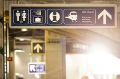 Señal de dirección de la estación de tren Imagen de archivo libre de regalías