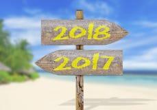 Señal de dirección de madera con 2017 y 2018 Imagen de archivo libre de regalías