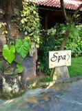 Señal de dirección del balneario, centro turístico de Bali fotos de archivo