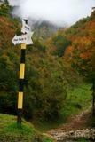 Señal de dirección del rastro de montaña imagenes de archivo