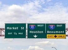 Señal de dirección en la autopista cerca de Houston en Tejas Fotografía de archivo libre de regalías