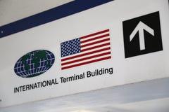 Señal de dirección internacional de la terminal Foto de archivo libre de regalías