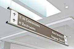 Señal de direcciones del aeropuerto Imágenes de archivo libres de regalías