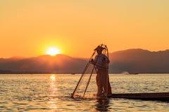Se?al de la atracci?n del viaje de Myanmar - pescador birmano tradicional en el lago Inle, Myanmar famoso por su distintivo legge fotografía de archivo