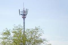 Señal de la transmisión de la torre de comunicación del teléfono móvil Fotografía de archivo