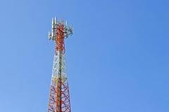 Señal de la transmisión de la torre de comunicación del teléfono móvil con el azul Imágenes de archivo libres de regalías