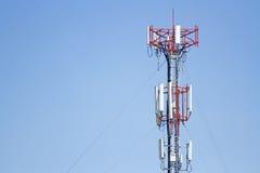 Señal de la transmisión de la torre de comunicación del teléfono móvil con el azul Foto de archivo libre de regalías