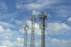 Señal de la transmisión de la torre de comunicación del teléfono móvil con el azul fotografía de archivo libre de regalías