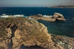 Señal de las rocas y océano azul Foto de archivo libre de regalías
