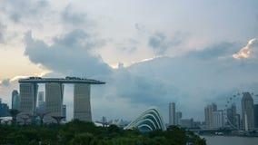 Señal de Marina Bay Sand en la ciudad con las nubes, lapso de Singapur de tiempo almacen de video