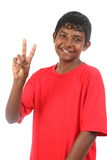 Señal de número dos del muchacho sonriente joven del adolescente Fotografía de archivo