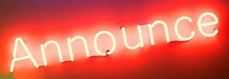 Señal de neón - brillando sobre una pared blanca fotografía de archivo libre de regalías