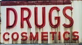 Señal de neón de las drogas y de los cosméticos imágenes de archivo libres de regalías