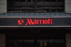 Señal de neón del hotel de Marriott con el logotipo foto de archivo