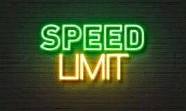 Señal de neón del límite de velocidad en fondo de la pared de ladrillo stock de ilustración