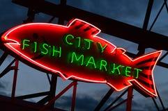 Señal de neón del mercado de pescados de la ciudad Fotografía de archivo libre de regalías