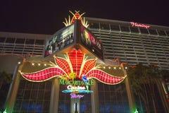 Señal de neón en el frente del hotel y del casino de Las Vegas del flamenco Imagen de archivo