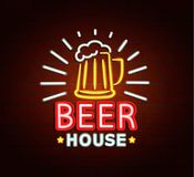 Señal de neón de la casa de la cerveza imagen de archivo libre de regalías
