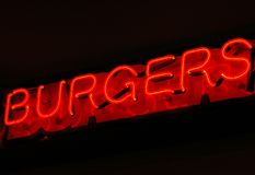 Señal de neón de las hamburguesas Fotografía de archivo libre de regalías