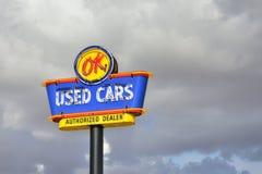Señal de neón de los coches usados de la AUTORIZACIÓN Imágenes de archivo libres de regalías