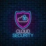 Señal de neón que brilla intensamente de la seguridad del servicio de la nube Símbolo de la protección de Internet con el escudo, foto de archivo libre de regalías