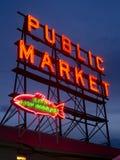 Señal de neón Seattle Washington del mercado público de los pescados de la ciudad imagenes de archivo
