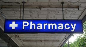 Señal de neón universal sin especificar de la farmacia sobre la entrada a una farmacia foto de archivo libre de regalías