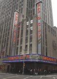 Señal de New York City, de radio teatro de variedades la ciudad en el centro de Rockefeller Imagenes de archivo