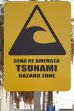 Señal de peligro amarilla grande del tsunami en la calle de Iquique Chile fotos de archivo
