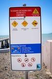 Señal de peligro australiana para el océano en una playa en Cardwell foto de archivo libre de regalías