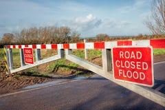 Señal de peligro cerrada del camino de la inundación en barrera fotografía de archivo libre de regalías