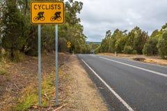 Señal de peligro: ciclistas en el camino Fotografía de archivo libre de regalías