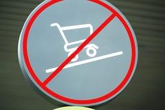 Señal de peligro circular que hace compras no permitido en piso inclinado fotografía de archivo libre de regalías