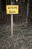 Señal de peligro con las palabras - abejas de la precaución - en alemán Fotografía de archivo
