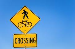 Señal de peligro contra la travesía del peatón y de la bicicleta Foto de archivo