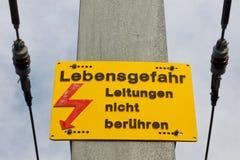 Señal de peligro de alto voltaje Fotografía de archivo