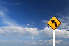 Señal de peligro de la curva de la izquierda a la señal de dirección Fotografía de archivo