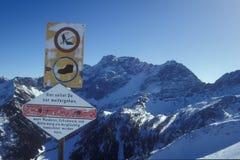 Señal de peligro de la montaña Imagen de archivo libre de regalías