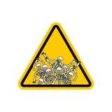 Señal de peligro de los pecadores de la atención Muestra amarilla de los peligros muerta Ske Imágenes de archivo libres de regalías