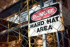 Señal de peligro del área del sombrero duro del peligro Imágenes de archivo libres de regalías