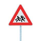 Señal de peligro del borde de la carretera de la travesía de escuela aislada Fotografía de archivo