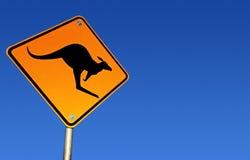 Señal de peligro del canguro (con el camino) Imagen de archivo