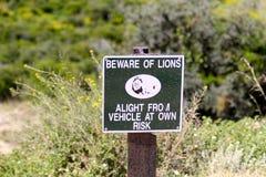 Señal de peligro del león Imagen de archivo