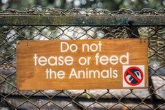 Señal de peligro del parque zoológico Imagenes de archivo
