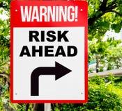 Señal de peligro del riesgo de negocio a continuación que da vuelta a la derecha imágenes de archivo libres de regalías